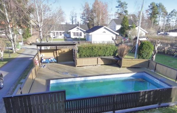Hus med pool i Mälardalen